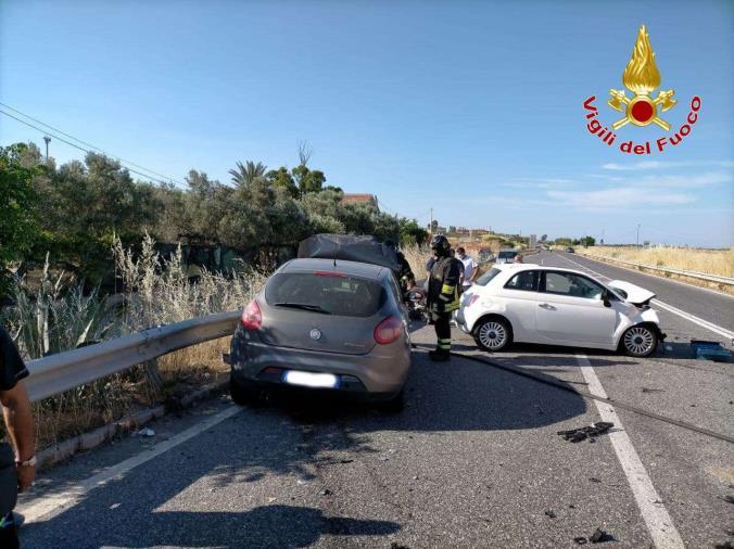 images Crotone. Incidente fra due auto sulla SS 106: una 27enne trasportata in ospedale
