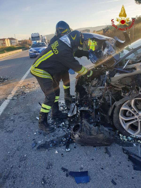 images Strongoli. Incidente frontale fra due auto: tre i feriti trasportati all'ospedale di Crotone