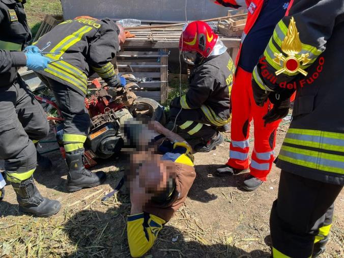 images Isola Capo Rizzuto, rimane impigliato sotto un motocoltivatore: ferito un 39enne