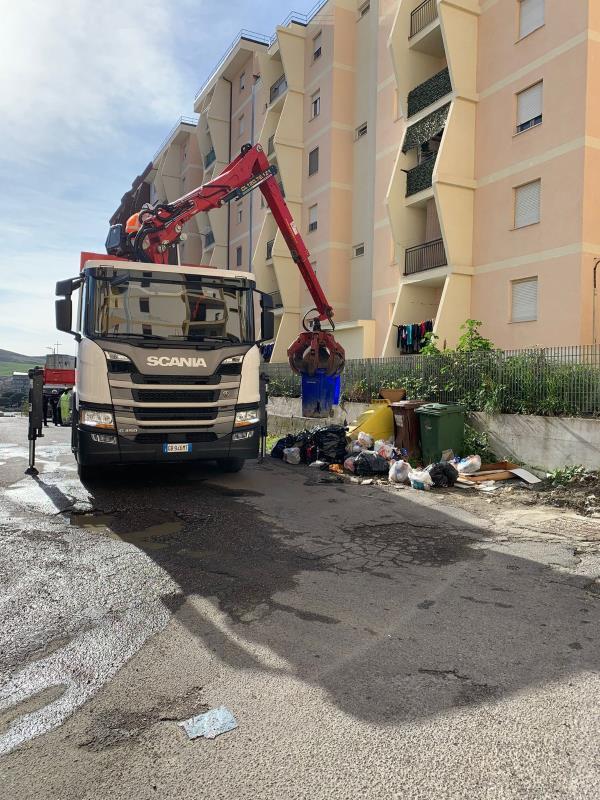 images Rifiuti a Catanzaro.Intervento straordinario di raccolta, pulizia e sanificazione dei carrellati e delle strade in viale Isonzo