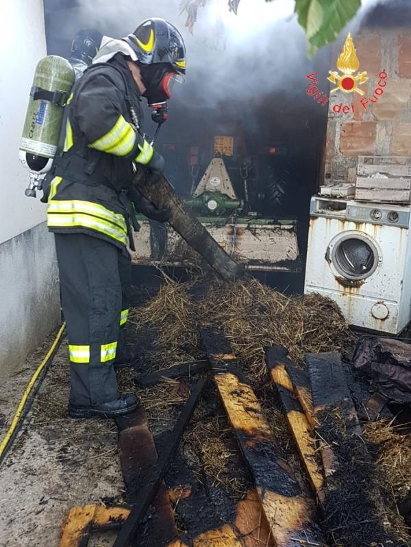 images Incendio un garage adibito a deposito di attrezzature agricole e  balle di fieno