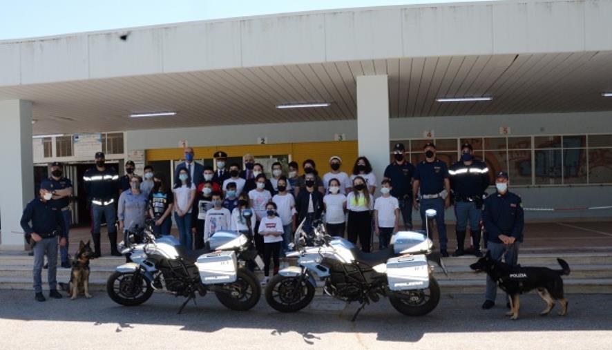 """images Crotone. La polizia presenta l'agenda scolastica """"Il Mio Diario"""": la cerimonia alla Primaria """"Alcmeone"""""""