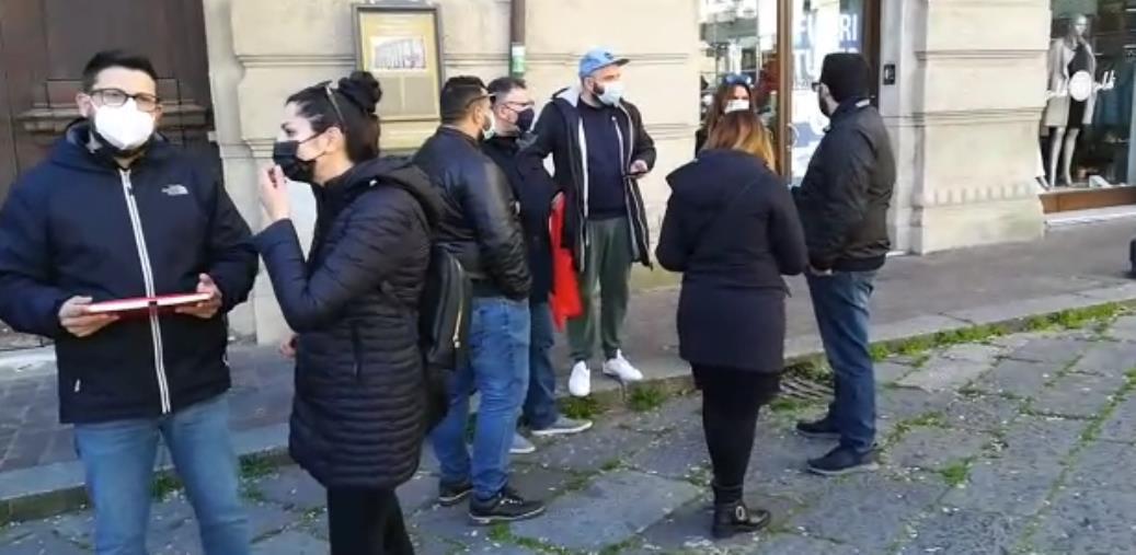 """images Lavoratori in piazza Prefettura a Catanzaro chiedono di """"tornare a fare spettacolo"""""""