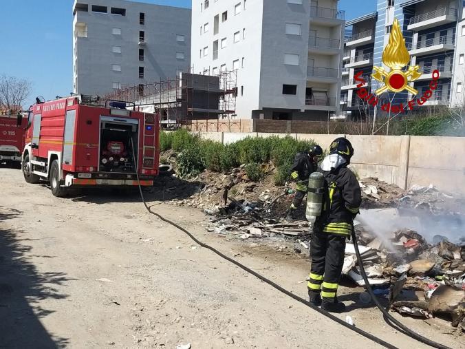 images Lamezia Terme. Incendio di rifiuti solidi urbani in località Scordivillo