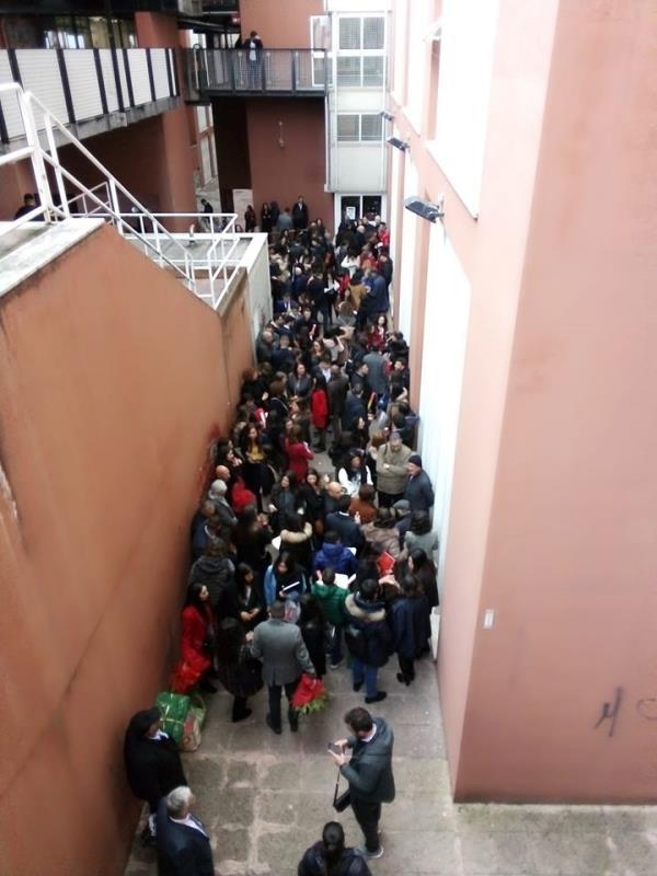 """images Coronavirus. All'Unical sedute di laurea senza pubblico, ma fuori dall'aula si festeggia """"stretti stretti"""" con parenti e amici"""