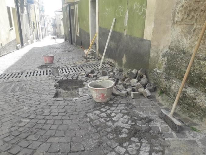 images Squillace, avviata la sistemazione dei sampietrini su Corso Guglielmo Pepe