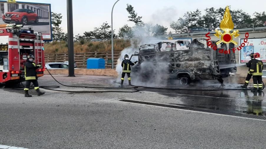 images Montepaone. In fiamme un furgone nei pressi del centro commerciale: indagano i carabinieri