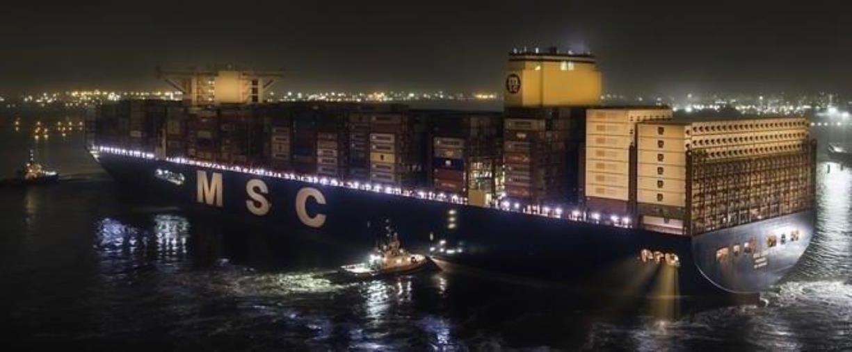 images Gioia Tauro. La nave Leni, un gigante del mare, ha fatto ingresso in notturna al Porto