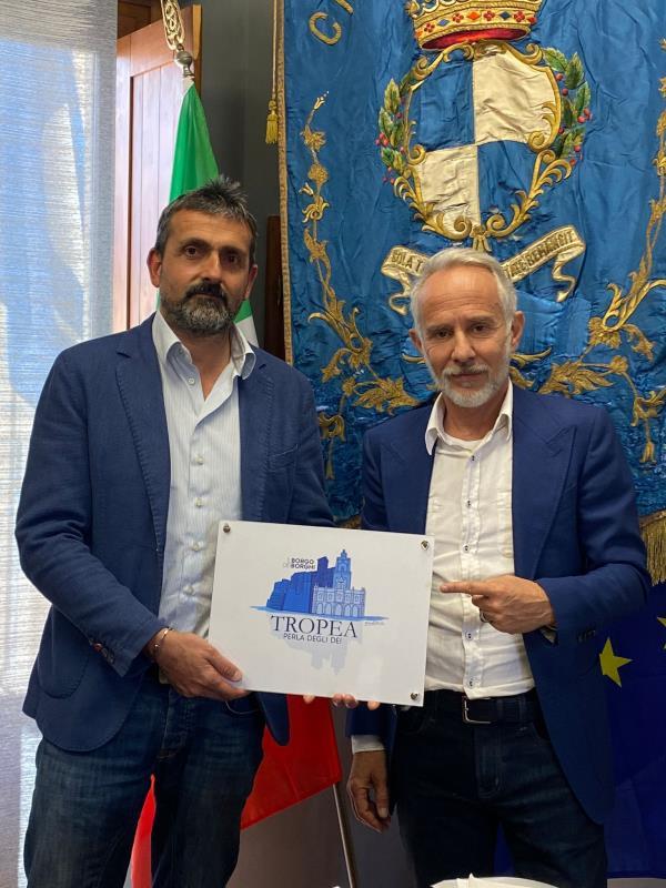 """images L'architetto catanzarese Fabio Rotella dona il logo alla città di Tropea: """"La mia dichiarazione d'amore per la Perla degli Dei"""""""