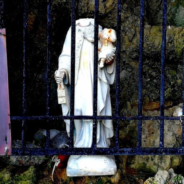 images Orrore a Briatico, vandali decapitano le statue della Madonna e del Bambinello