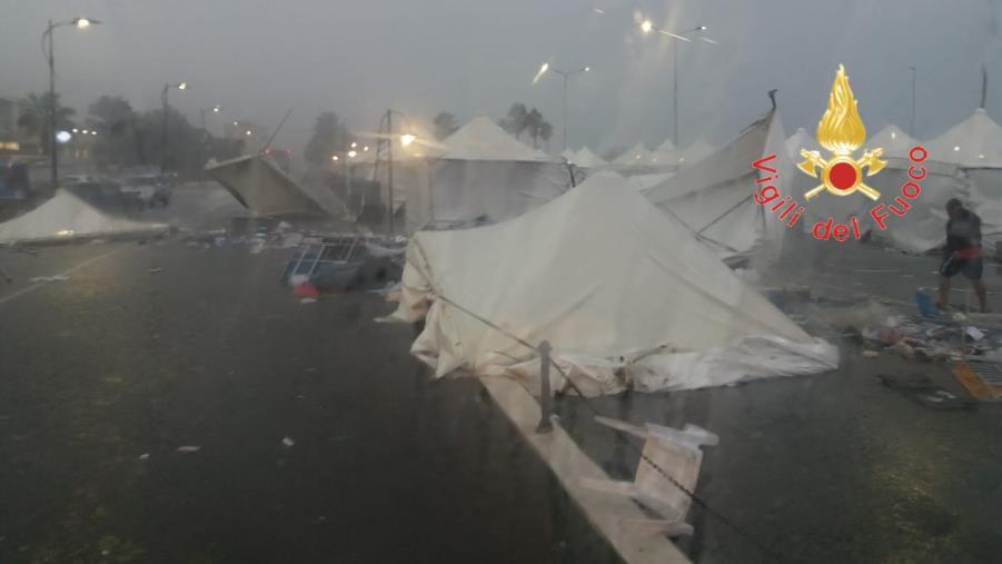 images Maltempo a Lamezia Terme. Il temporale spazza via gazebo e tensostrutture sul lungomare di Falerna (FOTO)
