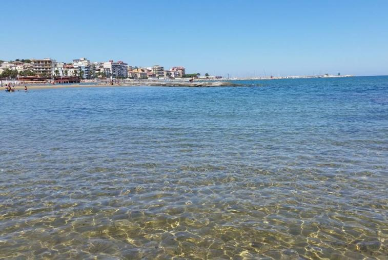 """images Su spiagge crotonesi """"plastic free"""". Il sindaco """"Continuiamo a tutelare il nostro mare"""""""