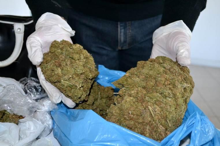 images Scoperti con tre chili di marijuana, in due in manette