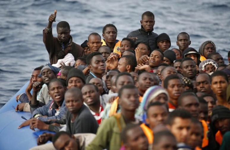 images Migranti, in 55 arrivano al porto di Crotone su barca a vela
