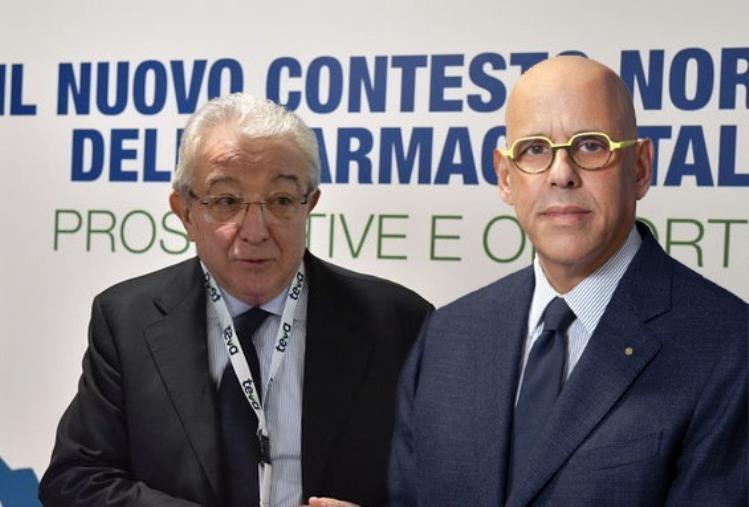 images Covid. Punti di vaccinazione territoriali nelle farmacie: firmato l'accordo tra Federfarma Calabria e Regione