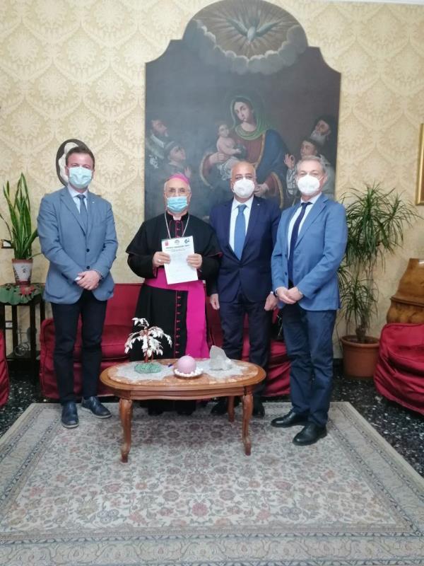 """images Lotta alla povertà e occupazione. Mons. Bertolone (Cec) incontra i sindacati. Consegnata la proposta """"La Calabria si cura con il lavoro"""""""