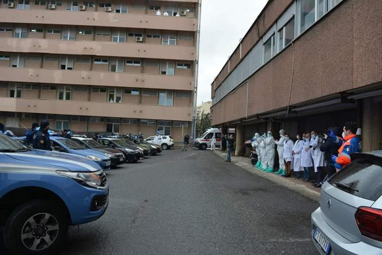 images Coronavirus. L'omaggio delle forze dell'ordine al personale dell'ospedale di Reggio Calabria