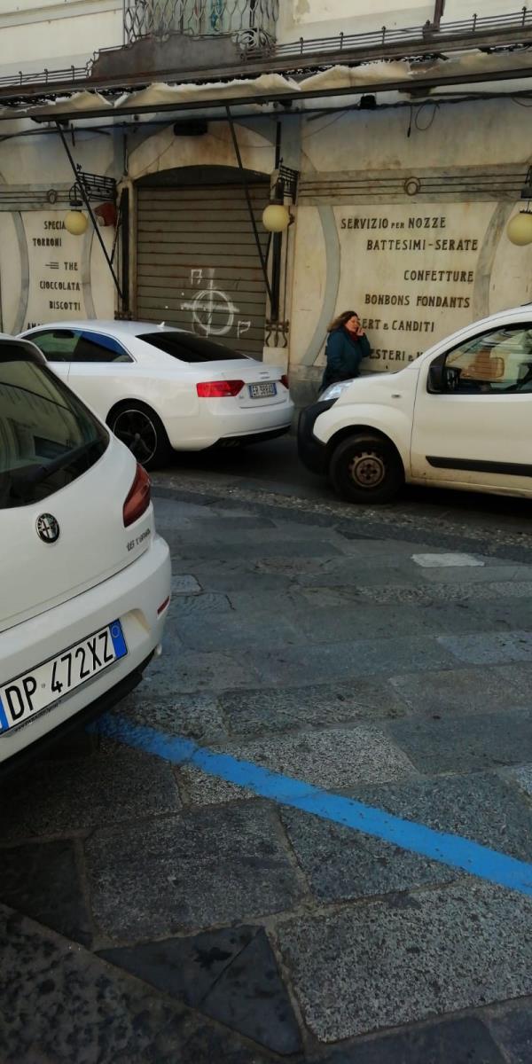 images E l'ex Caffè Imperiale diventa parcheggio privilegiato per la sosta selvaggia che imperversa nel centro storico di Catanzaro