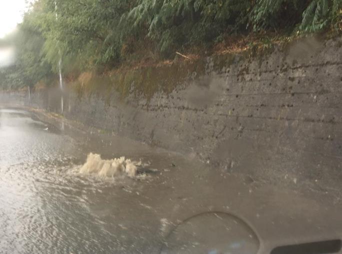 images Prime piogge a Catanzaro: auto in difficoltà nel quartiere Piterà