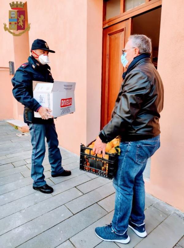 """images Un indigente chiama il 113: """"Non abbiamo da mangiare"""". E la polizia di Vibo Valentia gli porta beni di prima necessità"""