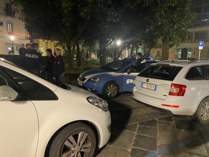 images Catanzaro. Aggredisce i passanti su Corso Mazzini, polizia ferma uno straniero in  preda a rabbia e alcol