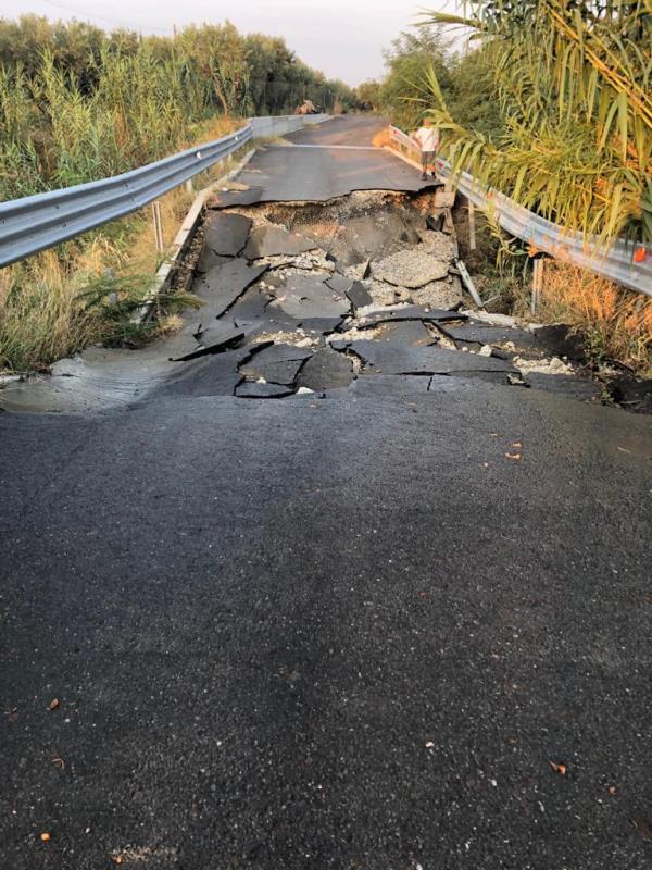images Crolla un ponte nella notte, residenti isolati a Cropani (IN AGGIORNAMENTO)