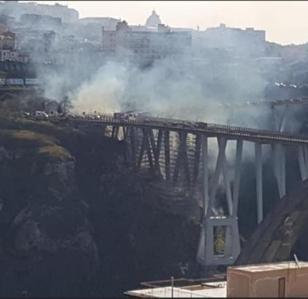 images Catanzaro. Forte boato sul Ponte Bisantis: Vigili del fuoco in azione per spegnare sterpaglie e rifiuti in fiamme
