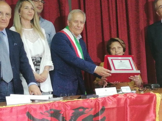 images Caraffa premia la professoressa Cettina Mazzei