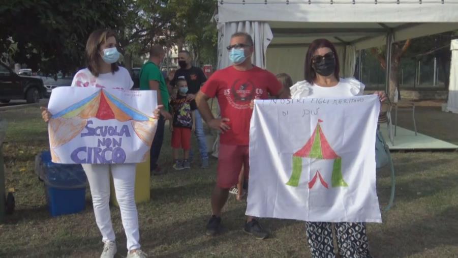images Vibo Valentia. Prima campanella nei gazebo a Porto Salvo: le proteste di genitori e alunni