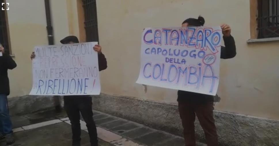 """images Catanzaro. Un gruppo di cittadini protesta al Comune: """"Vergogna, dimettetevi"""""""