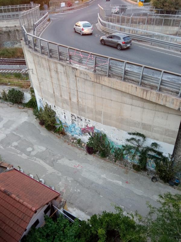 images Incidente al quadrivio Nalini. Il consigliere Ursino sollecita le reti anti-masso a protezione di case e parchetto