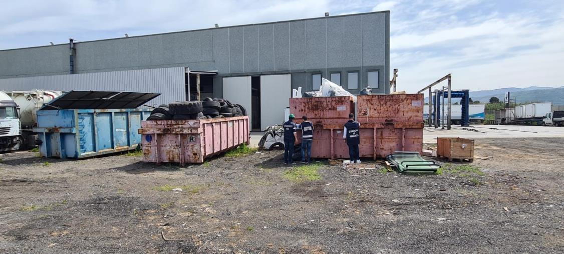 Lamezia Terme. Nello stabilimento non si vendevano solo veicoli industriali: denunciate quattro persone per reati ambientali
