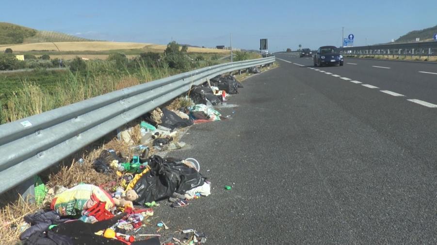 images Quei rifiuti in bella vista fra la Cittadella regionale e l'aeroporto di Lamezia Terme