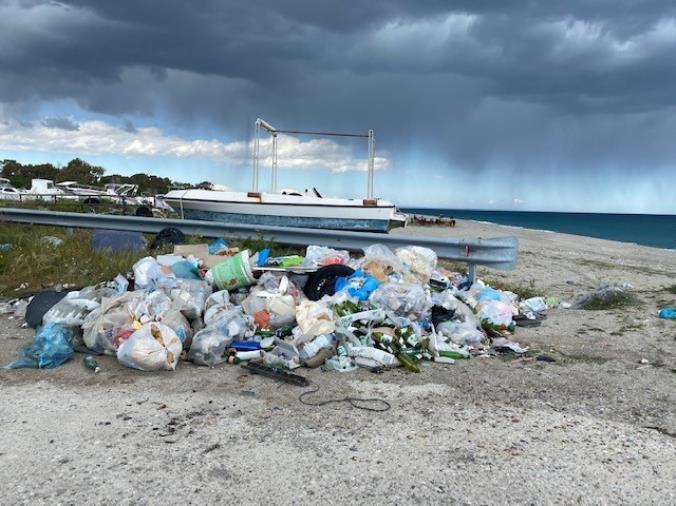 images Rifiuti a pochi metri dal mare a Giovino. L'appello di Stefano Veraldi al sindaco e al dirigente all'assessorato all'Ambiente