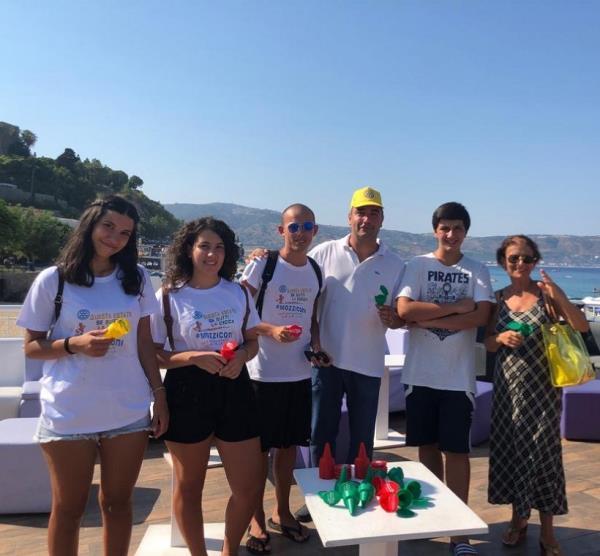 """images Con l'iniziativa """"Clean Up"""" caccia ai mozziconi di sigarette sulla spiaggia di Soverato"""