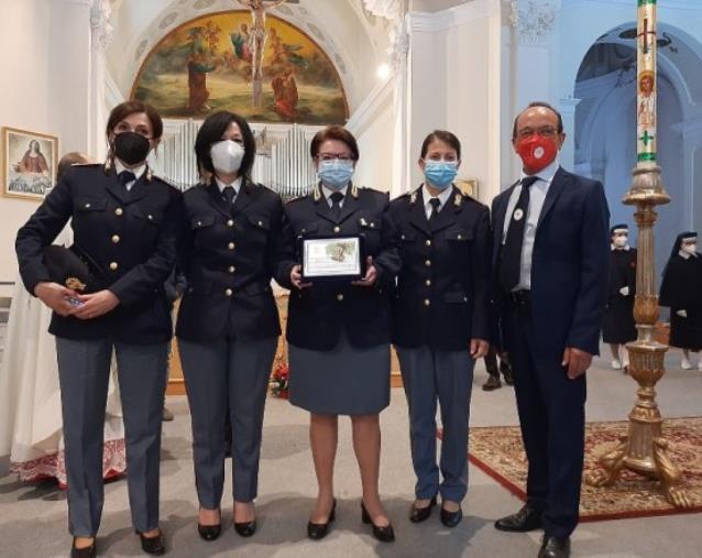 """images Lamezia Terme. Il premio """"mamma dell'anno"""" al Commissario della Polizia di Stato Maria Gaetana Ventriglia"""