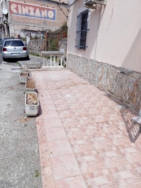 """images """"Cancellata"""" la vergogna dei rifiuti sulla strada principale di Catanzaro Sala"""