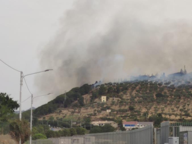 images Pineta di Siano in fiamme. I roghi si avvicinano ad un serbatoio idrico e ad alcune abitazioni a San Cono (FOTO E VIDEO)