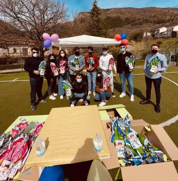 images La Consulta giovanile di San Sosti dona sorrisi e uova di cioccolato ai bambini delle scuole elementari e materne
