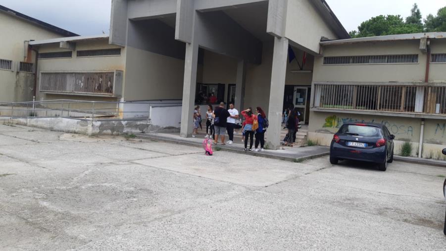 images Catanzaro. Dopo le votazioni la scuola dell'infanzia del quartiere Aranceto non è stata ancora sanificata: la protesta dei genitori