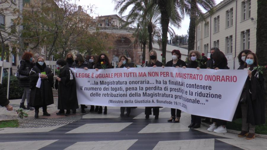 """images Giudici onorari in piazza a Catanzaro: """"Siamo gli extracomunitari della giustizia"""""""