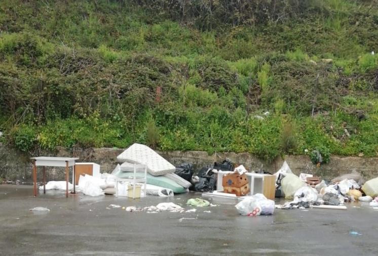 images Catanzaro. Ancora rifiuti in via Smaldone e nessuna traccia delle fototrappole (FOTO)