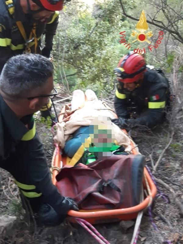 images San Sostene. Precipita con l'auto da oltre 40 metri in una scarpata: 70enne trasportato in ospedale