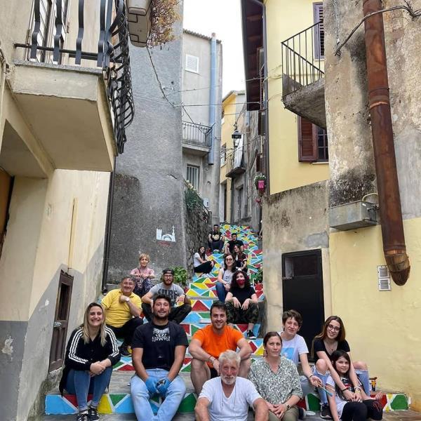 """images Sorbo San Basile si colora con i colori dell'arcobaleno con il progetto """"Sentieri di Ozio e Ristoro dei Basiliani di Oggi"""""""