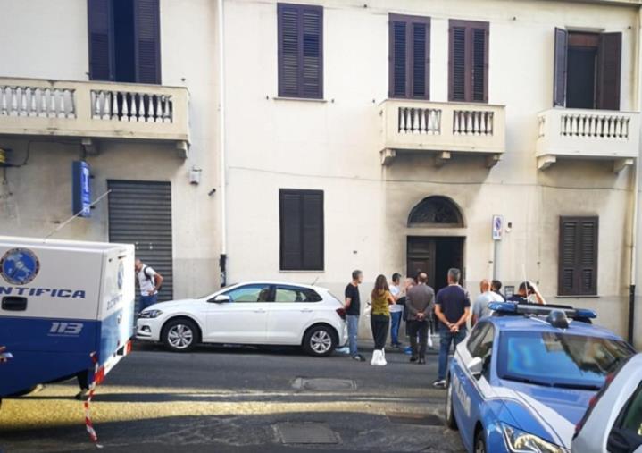 """images Omicidio a Reggio, la vittima è stata accoltellata """"con violenza"""" da due rapinatori"""