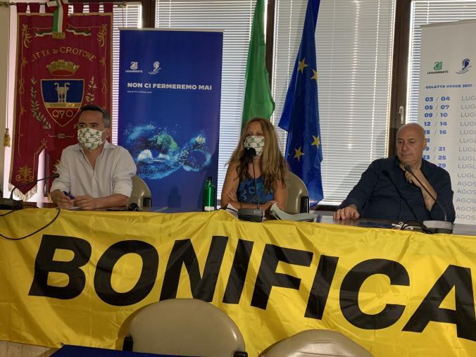 Goletta Verde approda a Crotone per denunciare i ritardi sulla bonifica e riqualificazione del SIN