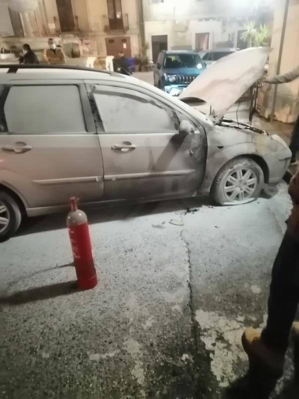 images Auto in fiamme a Girifalco, il pronto intervento dei vigili del fuoco scongiura il peggio