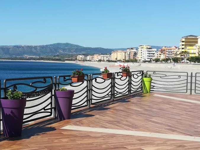 """images Domani alla terrazza """"Saliceti"""" di Catanzaro Lido l'inaugurazione dell'installazione di Nuccio Loreti"""