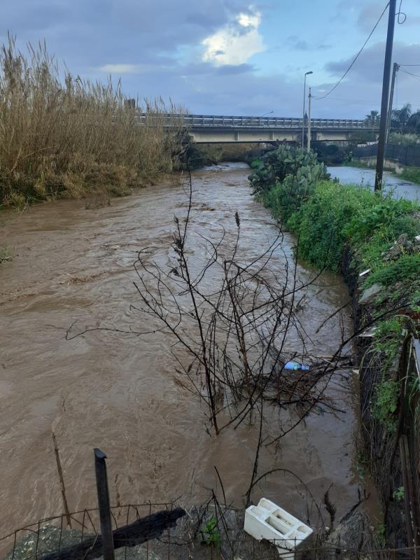 """images """"Lamezia bene Comune"""" lancia l'allarme: """"Il Torrente Cantagalli straripa e l'acqua inizia a invadere le abitazioni"""" (FOTO)"""