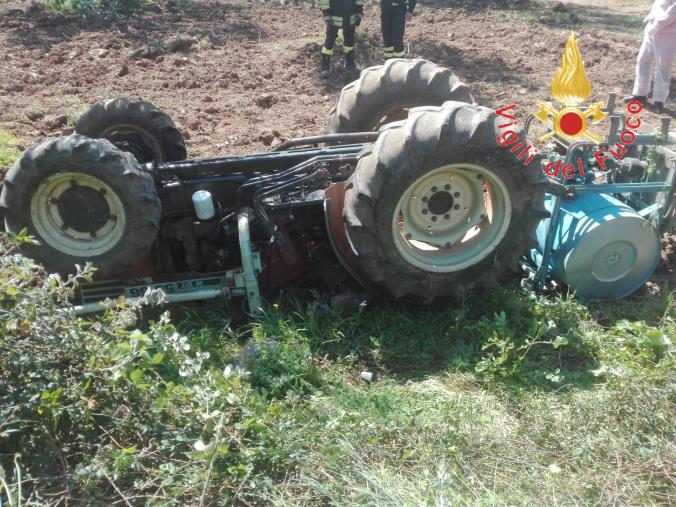 images Falerna, si ribalta con il trattore e rimane schiacciato: morto un 65enne